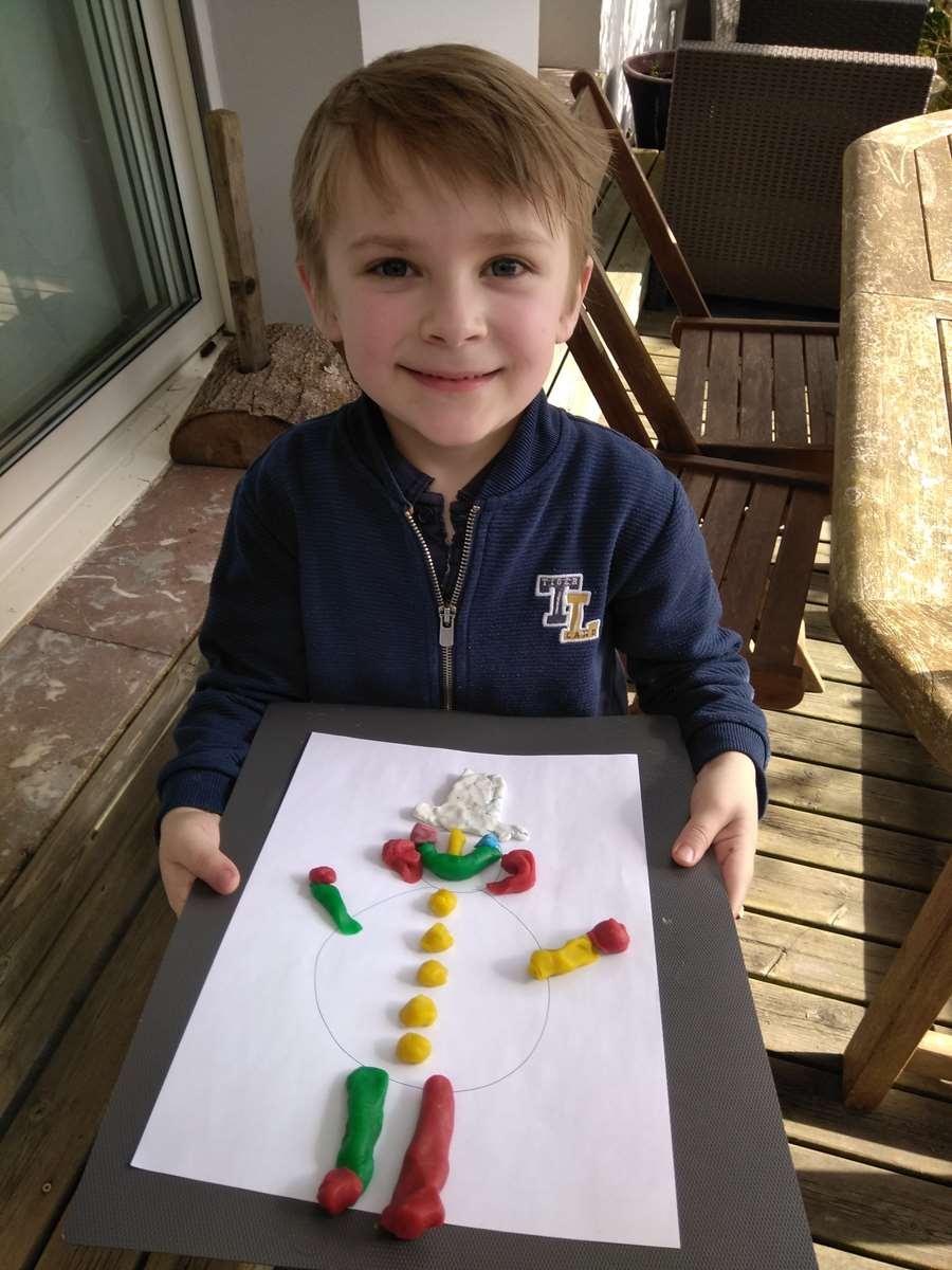 Le bonhomme de neige décoré en pâte à modeler